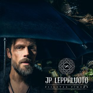 """Tummanpuhuvaa tunnelmointia kauniisiin kesäiltoihin: arvostelussa JP Leppäluodon """"Piilevää pimeää"""""""