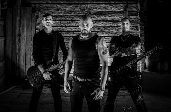 """Sabatonin ja Helloweenin jalanjäljissä: KaaosTV:n videohaastattelussa perjantaina uuden """"Back From The Grave"""" -albuminsa julkaiseva power metal -yhtye Carnal Agony"""
