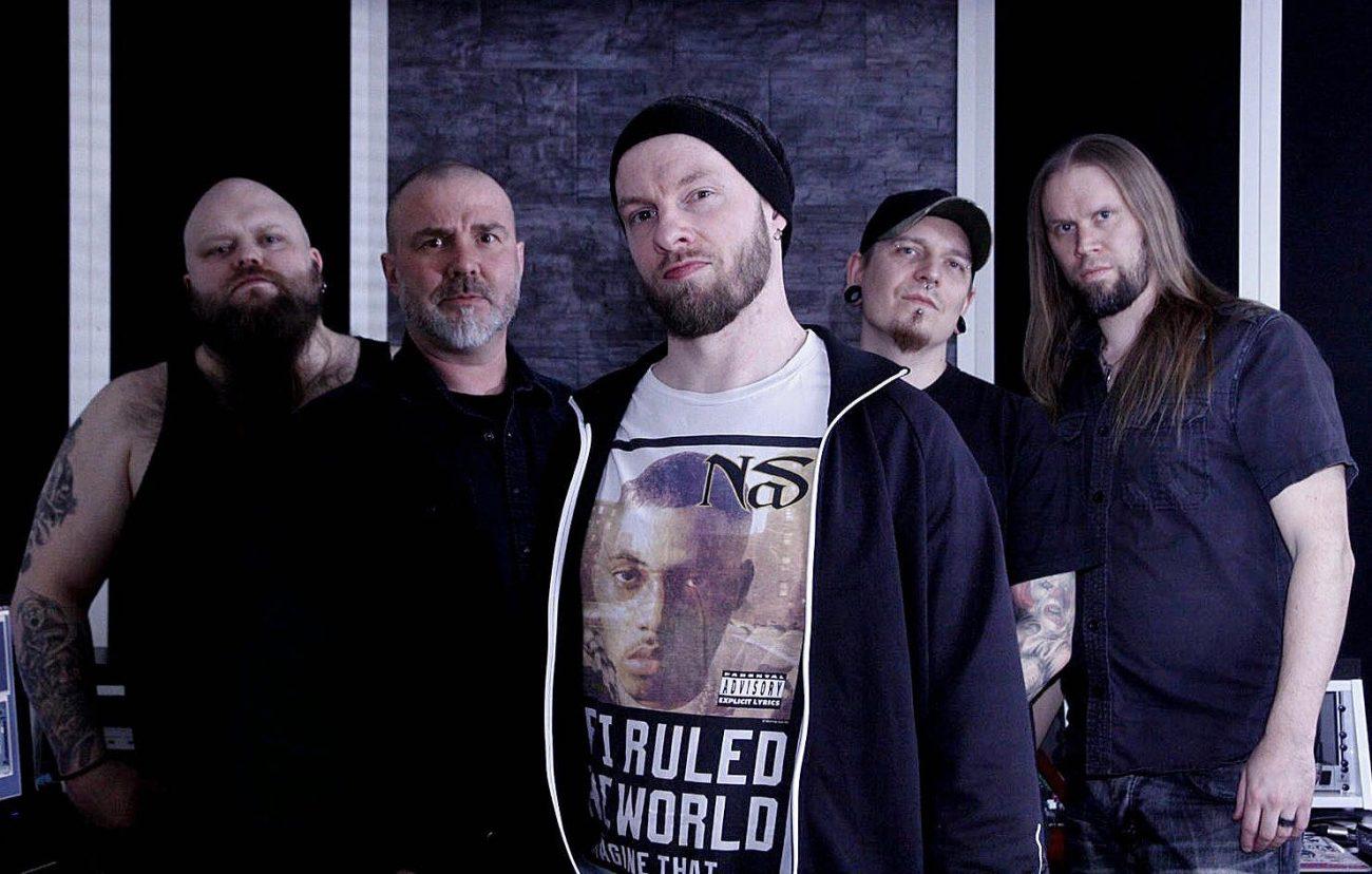 """Metallijyrä Dead Shape Figurelta kolmesta EP:stä koostuva kokonaisuus tänä vuonna: uusi kappale """"Stupidity Breeds False Idols"""" Kaaoszinen ensisoitossa"""