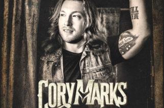 """Kanadalaisen kantrirokkarin esikoisalbumi povaa lupaavaa tulevaisuutta – arviossa Cory Marksin """"Who I Am"""""""