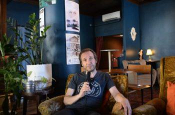 """Jarkko Martikainen KaaosTV:n haastattelussa: """"Näinä aikoina monet polttavat siltojaan kun menevät nettiin raivoamaan"""" – Martikainen rakentaa mielummin siltoja musiikin ja keikkailun kautta"""
