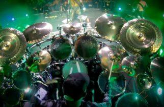 "Machine Headin Chris Kontosilta rumpuvideo ""A Thousand Lies"" -kappaleesta"