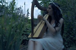 """Eristyksissä kauneuden keskellä: Lindsay Schoolcraft julkaisi upeissa metsämaisemissa kuvatun videon """"Worlds Away"""" -kappaleestaan"""