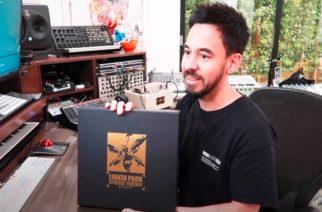 """Katso video Linkin Parkin Mike Shinodasta avaamassa """"Hybrid Theory"""" -albumin Super Deluxe boxia"""