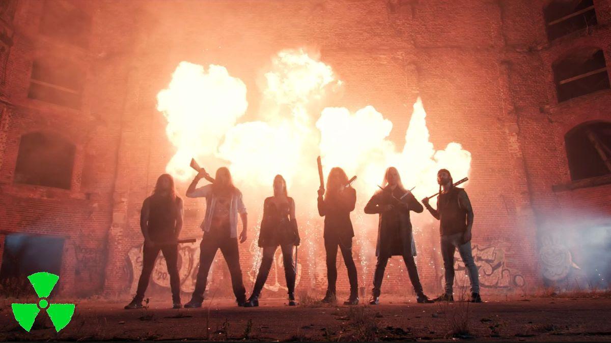 """Haulikoita ja zombeja: Amaranthelta musiikkivideo """"Boom!"""" -kappaleesta"""