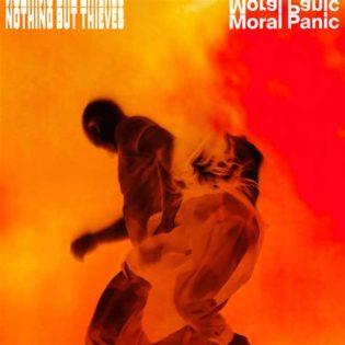"""Nothing But Thieves herättää kuuntelijansa pohtimaan elämää """"Moral Panic"""" -albumilla"""