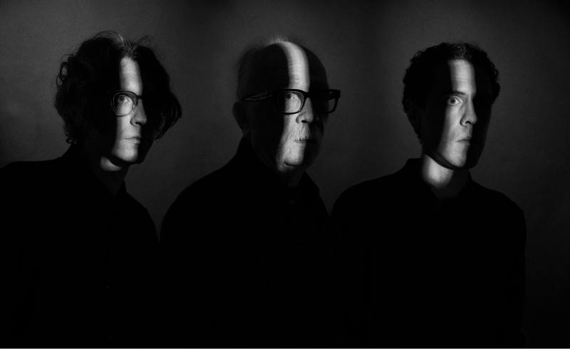 """John Carpenterilta kolmas ja viimeinen single ennen uuden albumin julkaisua – katso tiivistunnelmainen """"Alive After Death"""" -musiikkivideo"""