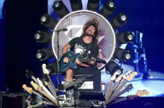 """Guns N' Rosesin Axl Rose lähetti Dave Grohlille kalliin kitaran kiitokseksi """"valtaistuimensa"""" lainaamisesta silloin, kun Rosen jalka oli murtunut kiertueella"""