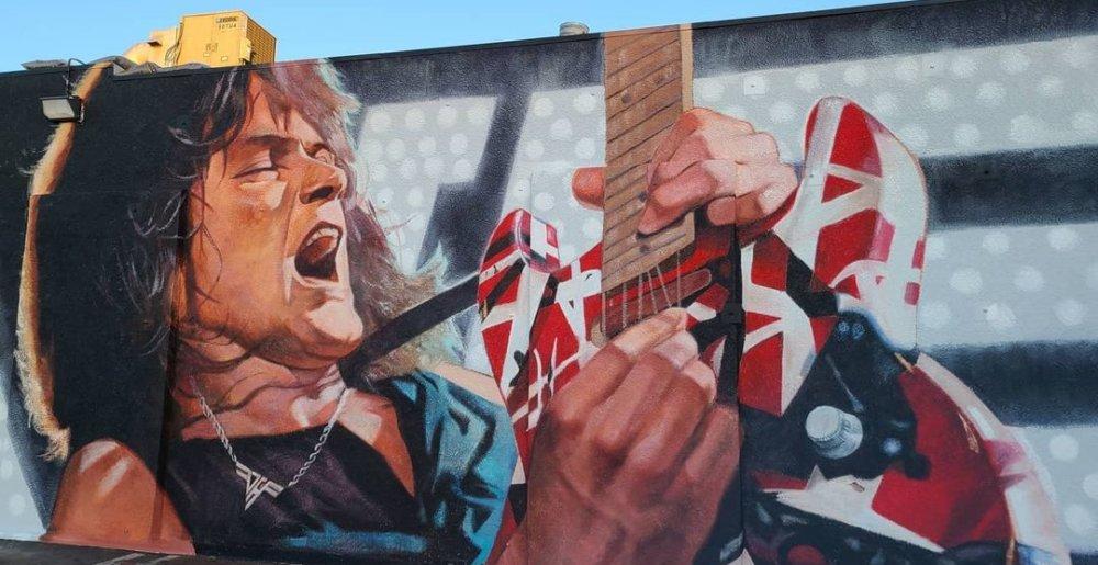 Jättimäinen Eddie Van Halen -seinämaalaus paljastettiin Hollywoodin Guitar Centerissä