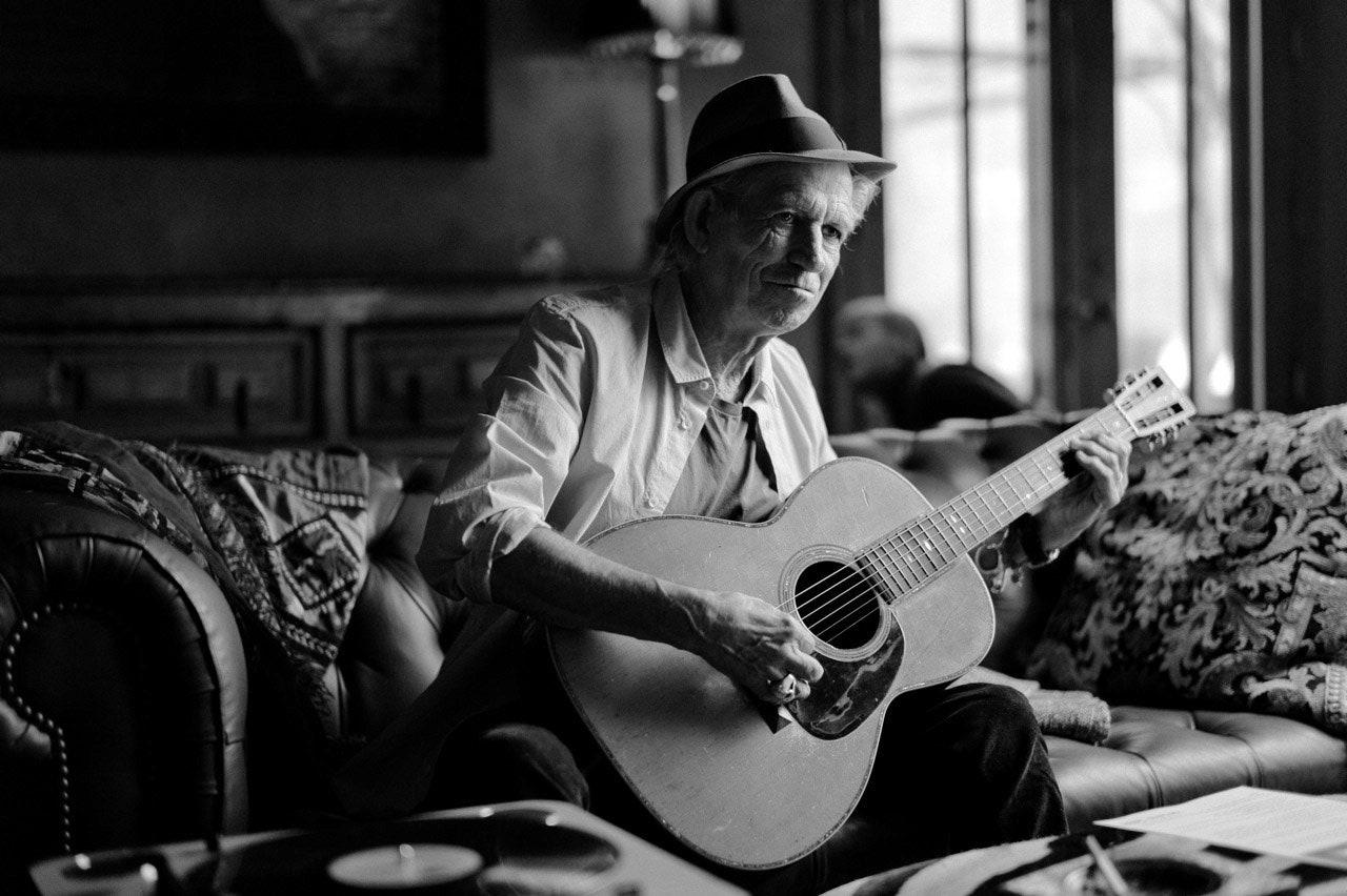 Keith Richards kirjoittaa uutta musiikkia nojatuolinsa pohjalla