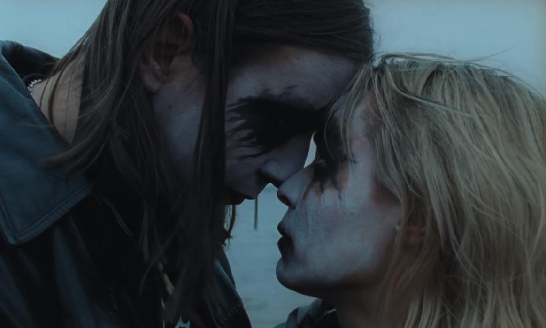 Paula Vesalan uusi musiikkivideo aiheuttaa närkästystä black metallin ystävien keskuudessa: pitää videossa päällään avoimesti rasistisen muusikon paitaa