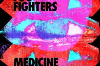 """""""Medicine At Midnight"""" ei ole ihmelääke, mutta kohentaa oloa – arviossa Foo Fightersin kymmenes pitkäsoitto"""