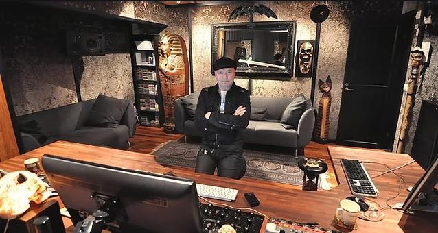 """""""Levytysbudjettien supistuessa masteroija joutuu nykyään usein tekemään kaksinkertaisen työn saman rahasumman eteen kuin ennen"""": KaaosPodin jaksossa äänessä yli 2000 vinyyliä ja yli 4000 CD:tä masteroinut Finnvoxin Mika Jussila"""