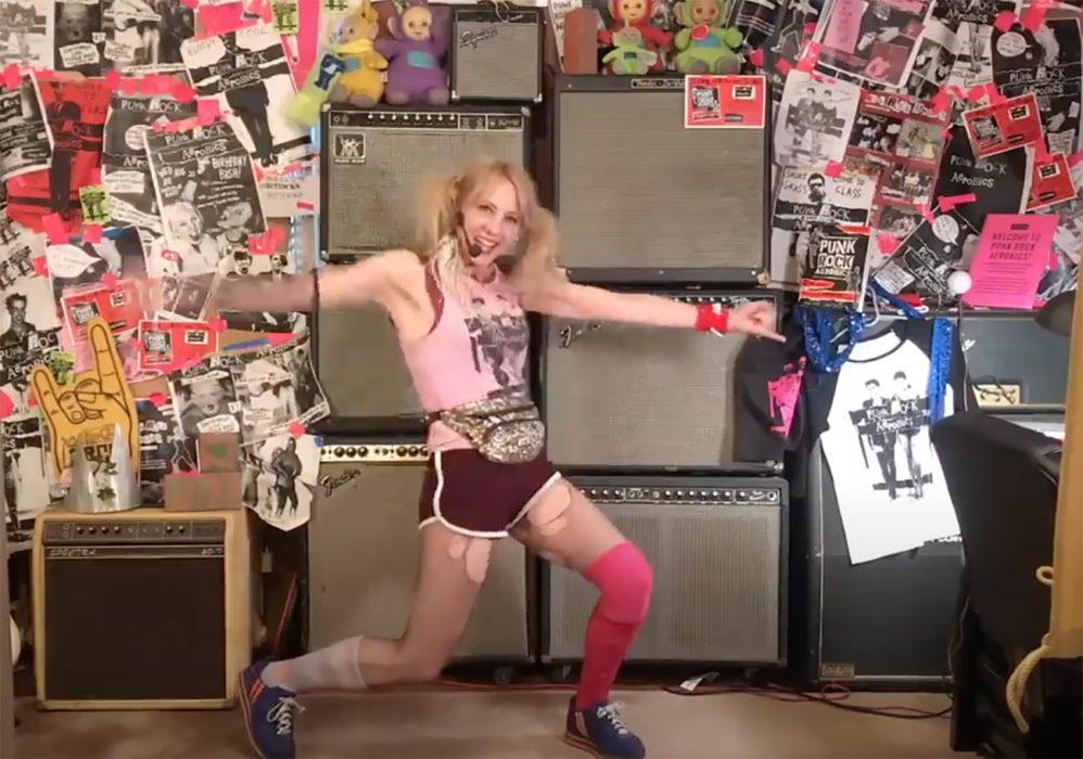 """Kimaltava vyölaukku, suloiset saparot, repeytyneet sukkahousut: jumppaa Green Dayn uuden """"Here Comes The Shock"""" -jumppavideon tahtiin"""