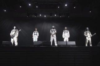 Lacuna Coilin fanit odottivat näkevänsä suoratoistetun konsertin yhtyeeltä mutta saivatkin todistaa vain yhtyettä seisomassa lavalla hiljaisuudessa