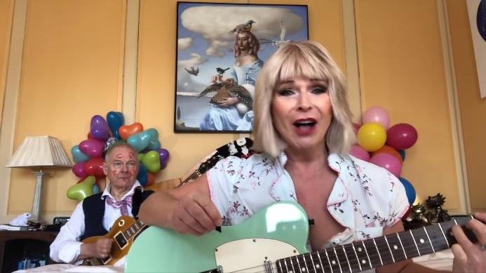 """King Crimson -kitaristi Robert Fripp tehtailee lisää viraalivideoita vaimonsa kanssa: katso kaksikon tulkinta Soft Cellin hitistä """"Tainted Love"""""""