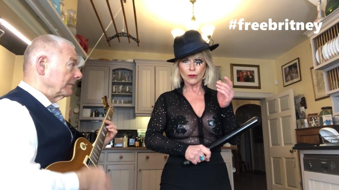 """King Crimson -kitaristi Robert Fripp tehtailee lisää viraalivideoita vaimonsa kanssa: katso kaksikon tulkinta Britney Spearsin kappaleesta """"Toxic"""""""