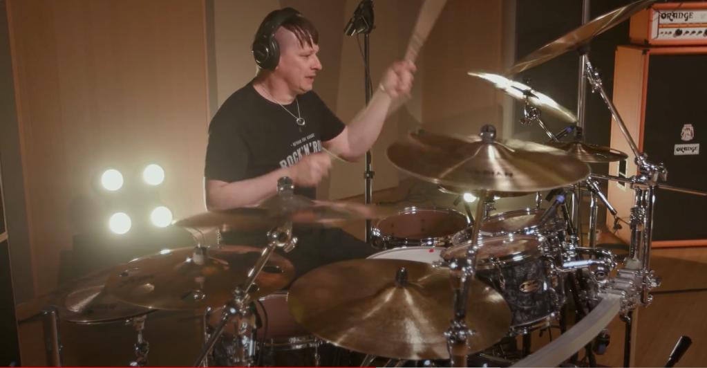 """Kornin rumpali Ray Luzier julkaisi rumpuvideon: käsittelyssä """"You'll Never Find Me"""""""