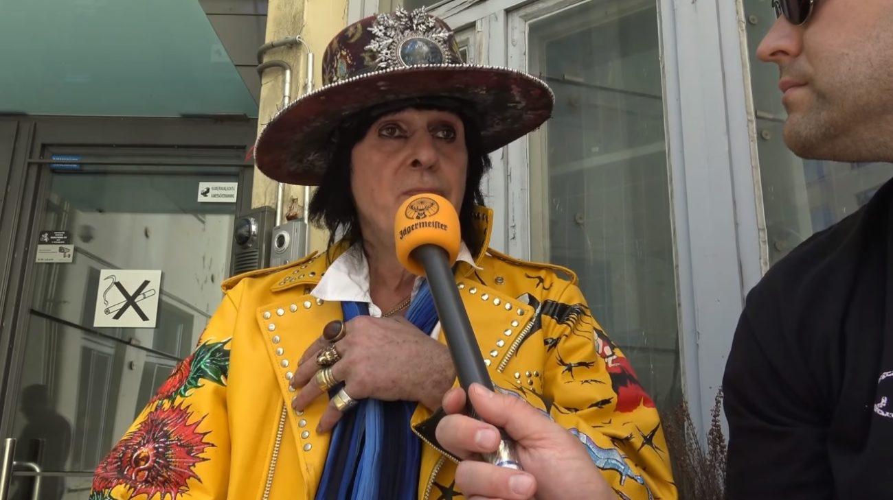 """KaaosTV tapasi Andy McCoyn """"Maalatut hatut"""" -taidenäyttelyn avajaisissa: """"Uutta musiikkia luvassa kesällä"""""""