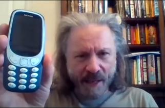 """Iron Maidenin Bruce Dickinson hankki vihdoin """"älypuhelimen"""": kultakurkku esittelee omistamaansa Nokia-puhelinta"""