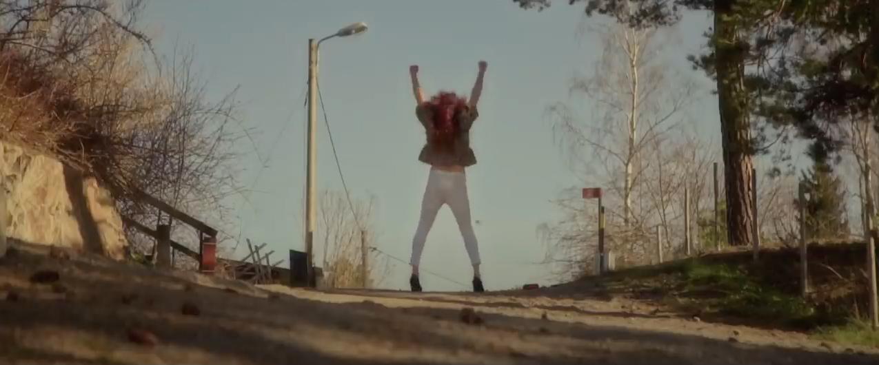 """The Night Flight Orchestran uusi """"White Jeans"""" -kappale herättää keväisen asenteen: katso tuore musiikkivideo"""