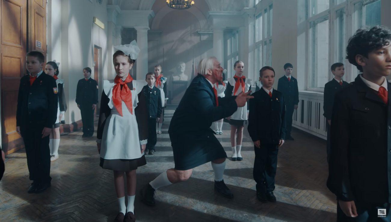 """Kiusaamista, pommeja ja brutaalia väkivaltaa: Rammsteinin Till Lindemannin video lapsivihaa julistavasta """"Ich Hasse Kinder"""" -kappaleesta katsottavissa"""