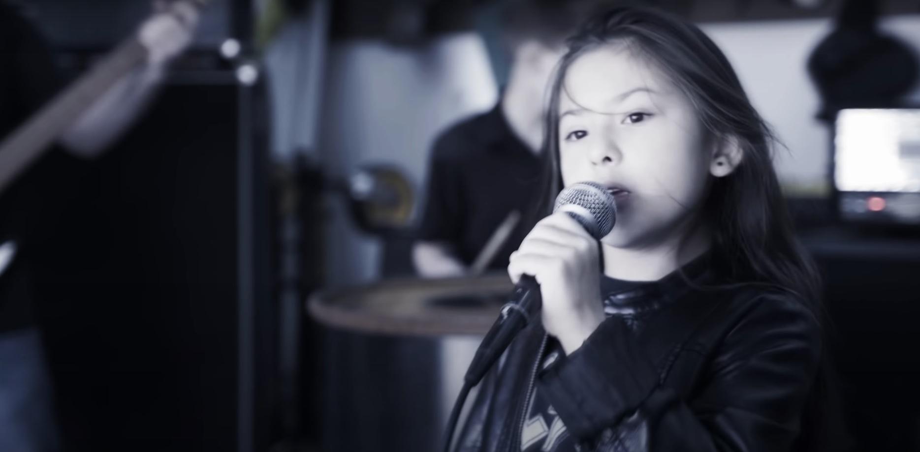 """Tämä Sepultura-cover on samaan aikaan sekä hellyttävä että täynnä asennetta – Kuuntele kahdeksanvuotiaan laulajan veto """"Roots Bloody Roots"""" kappaleesta täältä"""
