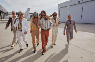 "Foo Fighters muuntautui Dee Geesiksi coveroidakseen Bee Geesia: ""You Should Be Dancing"" -video katsottavissa"