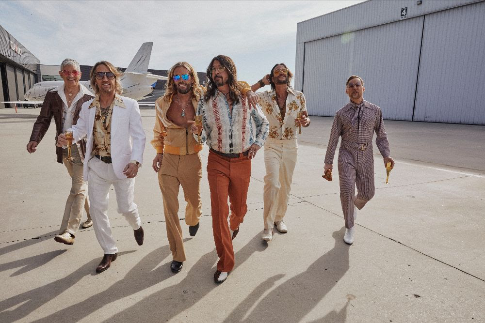 """Foo Fightersin discoprojekti Dee Geesin albumi """"Hail Satin"""" on nyt kuunneltavissa suoratoistopalveluissa"""