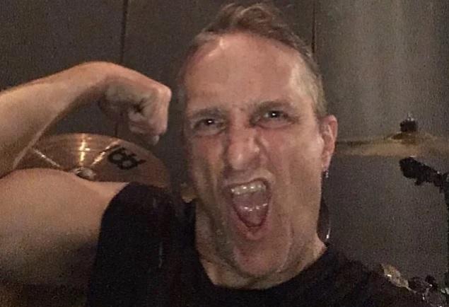 Exodus-rumpali Tom Huntingilta joudutaan poistamaan mahalaukku: taistelu syöpää vastaan on kuitenkin edennyt odotuksien mukaisesti