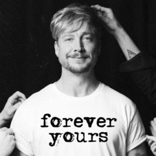 """Elämäkerta päämäärätietoisesta ja toisinaan häikäilemättömästä miehestä Sunrise Avenuen keulahahmona – arvostelussa Samu Haber """"Forever Yours"""" -elämäkerta"""