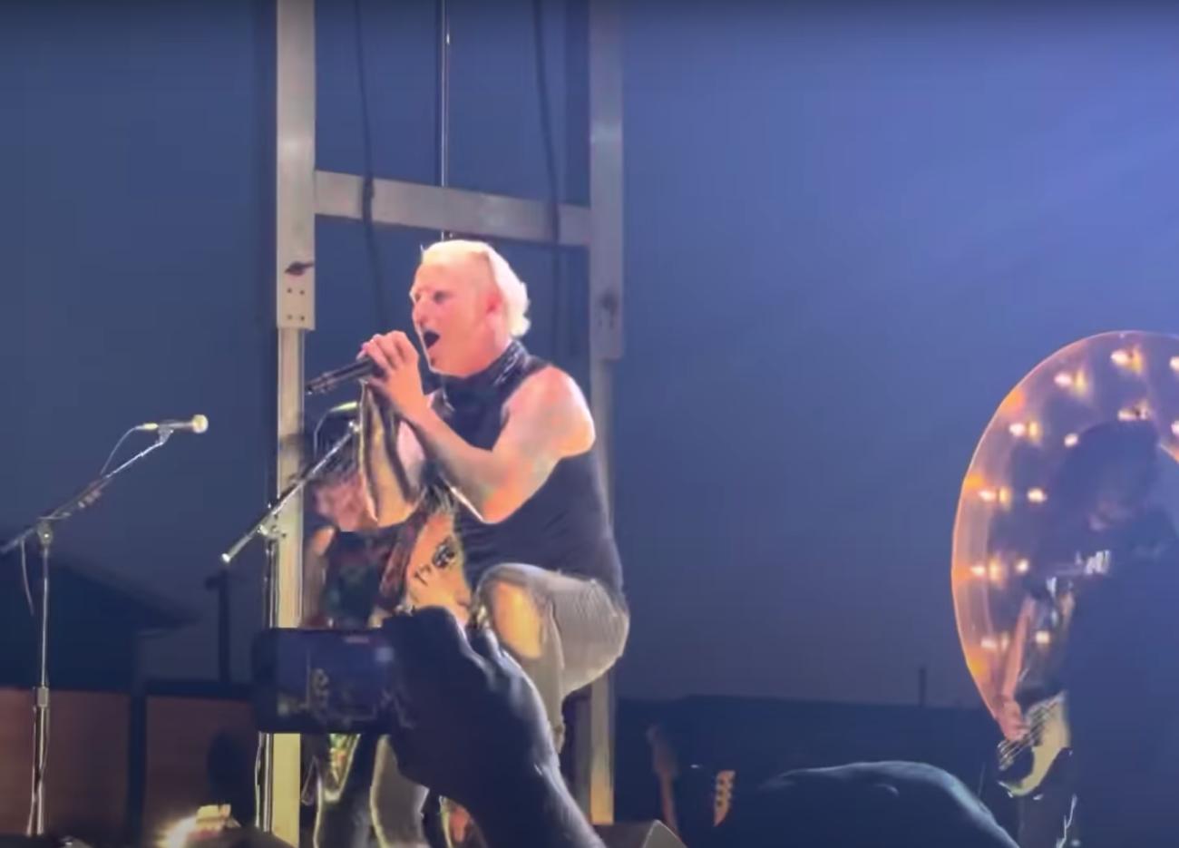"""Näin maskitta soolobändinsä kanssa esiintyvältä Corey Taylorilta luonnistuu Slipknotin """"Wait And Bleed"""""""