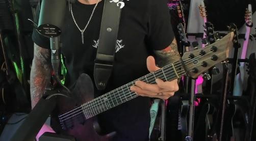 Triviumin Matt Heafy hehkuttaa suomalaisen pienen kitarapajan IP Guitarsin kitaraa omalla Twitch-kanavallaan