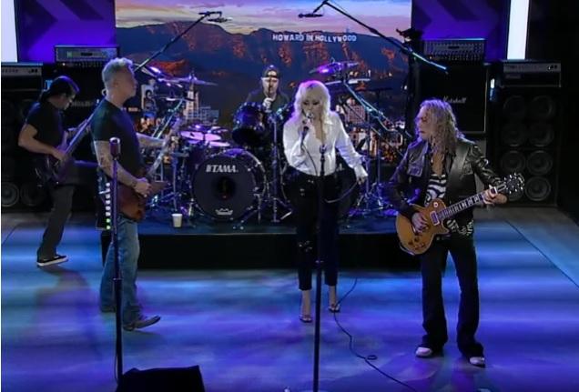 """Metallica esitti The Howard Stern Show:n yhteydessä livenä """"Nothing Else Matters"""" -kappaleen yhdessä Miley Cyrusin kanssa: video esityksestä katsottavissa"""