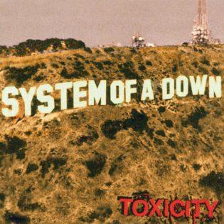"""Hollywoodin kirjaimet uusiksi – klassikkoarvostelussa 20-vuotias """"Toxicity"""""""