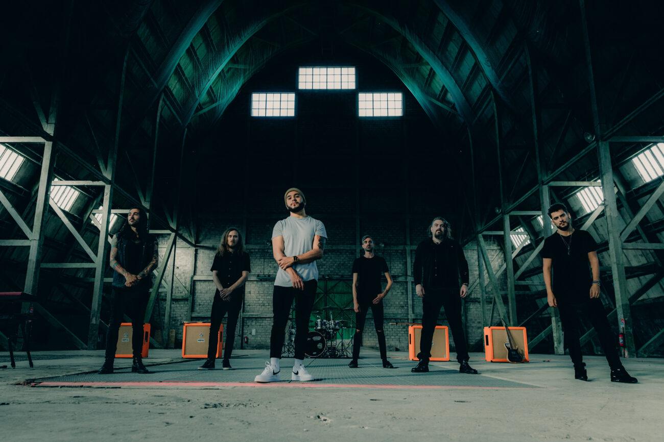 """Betraying The Martyrs julkaisi ensimmäisen """"Black Hole"""" -nimisen kappaleensa uuden laulajansa kanssa: bändi kiinnitetty Out Of Line Musicille"""